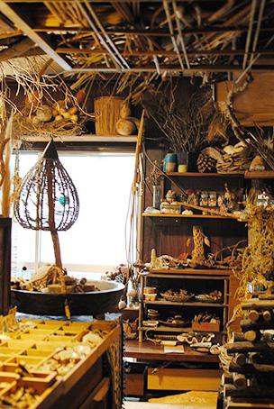 工房には天井から床まで自然素材がいっぱい。枯れ木や廃材の醸し出すさびれ具合が妙に居心地の良い空間に