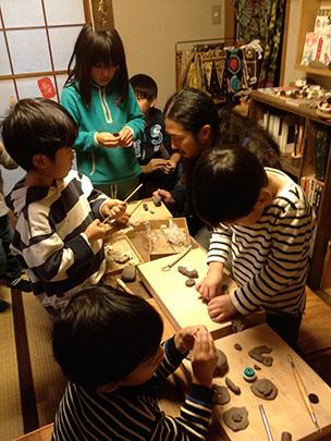 子どもたちの陶芸教室。巌さんがコツを教えながら、子どもたちは作りたい物を自由に製作します