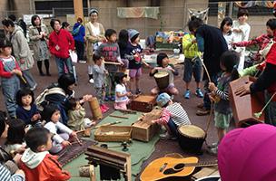 自然素材や廃材で作った楽器の演奏会。めずらしい形の楽器に、子どもたちは興味津々!